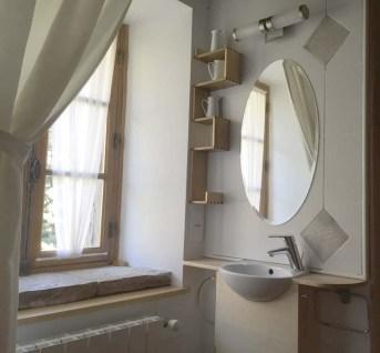 Un espace toilette, adossé à la douche.